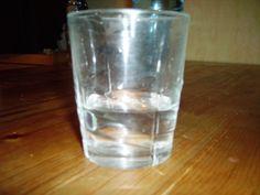 Se trata de una imagen que representa un vaso medio lleno. Simboliza el vaso medio lleno o medio vacío que está relacionado con la suerte y las oportunidades.