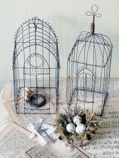 tower as birdcage Sculptures Sur Fil, Art Fil, Bird Crafts, Wire Hangers, Chicken Wire, Wire Baskets, Wire Art, Beads And Wire, Bird Cage