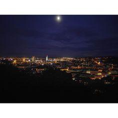 Večerní scénu fotí #HuaweiP8 opravdu skvěle. Ze zařízení která se mi zatím dostala do rukou je P8čka opravdový foto mobil. Ideální pro snímky do soutěže #p8nocnisvet o cestu do Činy.  #Brno #nihtcity #lights #moon #sky #clouds #city