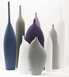 """kose I J""""aime les lignes simples de ces vases de Kose . Cette entreprise de Milan, en Italie, apporte deslignes classiques et des matériaux classiques ensemble dans de beaux vases, fabriqués à la main à partir d'argile. Superbe vit encore peut être créé avec ces vases. En fait, la photo ci-dessus me rappelle d'un Giorgio Morandi peinture."""