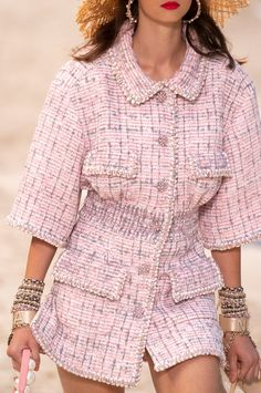 Chanel Spring 2019 Ready-to-Wear Fashion Show - Chanel Clothes - Trending Chanel Clothes - Chanel Spring 2019 Ready-to-Wear Collection Vogue Pink Fashion, Couture Fashion, Fashion Outfits, Womens Fashion, Fashion Trends, Paris Fashion, Fashion Spring, Coco Chanel Fashion, Fashion Boots