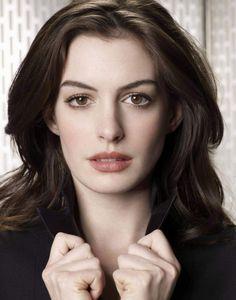 Anne Hathaway          Creo que le venderia el alma al diablo por esta mujer, grandes ojos , hermosa boca , es perfecta