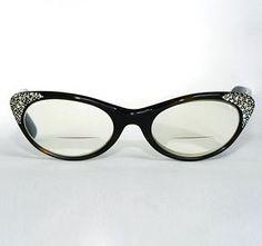 Jual Frame Kacamata – Kacamata saat ini tidak hanya sekadar menjadi aksesori pelengkap penampilan. Tetapi juga menjadi salah satu bagian dari perkembangan tren mode secara keseluruhan. Jenis Frame Kacamata pun memiliki tren-nya sendiri setiap tahunya yang berbeda – beda. Dari banyak model frame kacamata yang beredar, ada beberapa model frame kacamata yang jadi tren musim ini, seperti dilansir All Women Stalk.