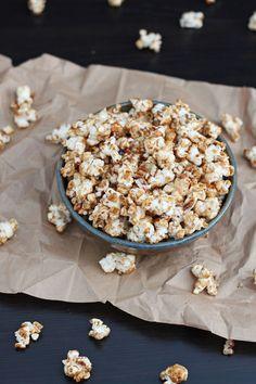 Maple Cinnamon Pecan Popcorn | www.reciperunner.com | Perfect fall popcorn!