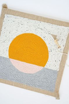 Sugar & Cloth - Have you tried rug hooking yet? This is a super easy tutorial for how to make a pillow using rug hooking techniques for home decor. You can use the same tutorial for rugs, pillows, wall hangings, or anything else you can think of! Diy Pillows, Decorative Pillows, Diy Broderie, Punch Needle Patterns, Craft Punches, Decoration Originale, Pillow Tutorial, Diy Embroidery, Craft Tutorials