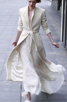 Vlněný plášť a hedvábné šaty. V tomto modelu byste se mohla i vdávat