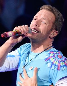 The Chainsmokers performance was going pretty terribly until Chris Martin came in and saved the day. Coldplay Concert, Coldplay Chris, Something Just Like This, Blue Eyed Men, Perfect Movie, How To Tie Dye, Band Pictures, Chris Martin, Chainsmokers