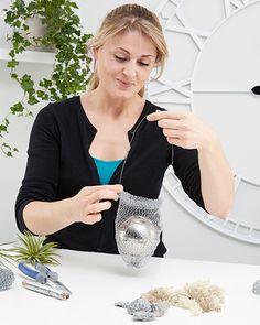 Tillandsien DIY - mömax blog Chicken Wire Sculpture, Flower Pots, Flowers, Diy Chandelier, Rustic Cottage, Hanging Plants, Air Plants, Plant Decor, House Plants