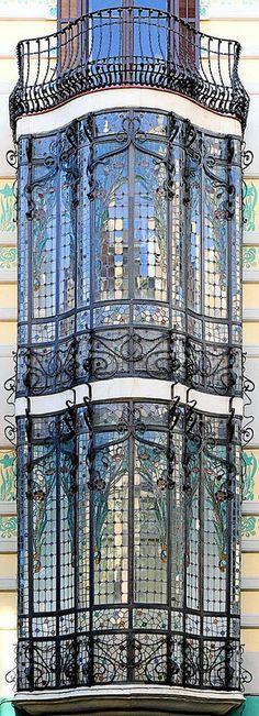 """Magnífica cristalera! Barcelona - C/ Gran de Gràcia (subiendo a la izquierda, pasados los """"Jardinets"""")"""