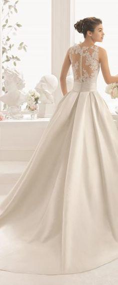 gefunden bei HAPPY BRAUTMODEN         Brautkleid Hochzeitskleid elegant edel spanisch Aire Barcelona AireBarcelona fließender Rock Spitze tiefer Rücken Mikado