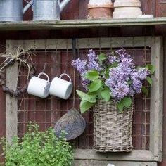 Having a potting bench makes working in the garden so much easier and more organized. Here's a great collection of DIY potting bench ideas. Potting Tables, Walled Garden, Yard Art, Garden Projects, Diy Wall, Garden Inspiration, Logo Inspiration, Container Gardening, Outdoor Gardens