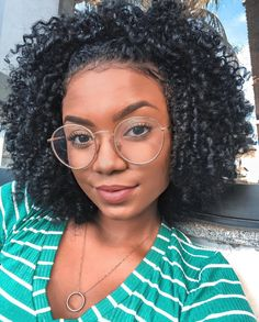 To have beautiful curls in good shape, your hair must be well hydrated to keep all their punch. You want to know the implacable theorem and the secret of the gods: Naturally curly hair is necessarily very well hydrated. Short Curly Hair, Curly Hair Styles, Kinky Curly Hair, Cabello Afro Natural, Natural Hair Inspiration, Afro Hairstyles, Hairstyle Men, Formal Hairstyles, Pretty Hairstyles