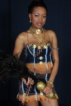 Parures en Or et Tenues Traditionnelles Akan portées par une Jeune Danseuse en Côte D'Ivoire en Afrique de L'Ouest