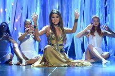 @Selena Gomez performs at the 2013 Billboard Music Awards