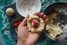 Erdbeerknödel • Die Erdbeere Hummus, Oatmeal, Breakfast, Ethnic Recipes, Food, Strawberries, Kochen, Food Food, Simple