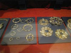 Annular brooches of various sizes | da Catrijn