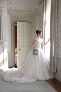 世界で1着、波打つようなフリルのウェディングドレス