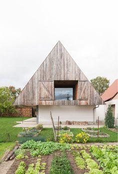 Dans ce village alsacien le règlement d'urbanisme est laconique et implacable : fais comme ton voisin ; et les voisins sont tous d'accord. Le projet ne donne donc à voir que son toit de tuiles à deux pans...