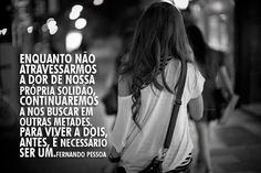 Fernando Pessoa - Enquanto não atravessarmos a dor de nossa própria solidão, continuaremos a nos buscar em outras metades.