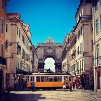 Las 40 Fotos de Lisboa para ser Feliz   Via Condé Nast   23/06/2014 Lisboa sabe a mar, a cultura, a bacalhau y a buenos vinos. La cuna del fado es una fascinante ciudad de pintorescos barrios, calles empinadas, miradores de cine y, cómo no, de históricos tranvías. Pero vamos más allá de la ciudad y descubrimos 40 rincones por todo el distrito lisboeta que harán que te plantees hacer las maletas y tomar rumbo al sur de Portugal.