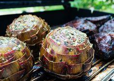 Gegrillte Artischocken Knusprig gegrillte Artischocken solltest Du mal versuchen! Als Ergänzung zu Gerichten, wie zum Beispiel den weichen, geschmorten, sehr warm schmeckenden Ochsenbäckchen vom Grill, sind sie echt der Hit. Dazu noch cremige Polenta, oder einfach nur ein Kräuterquark und