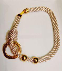 Collar con cordón trenzado y piezas de Zamak. Materiales de Farfalla
