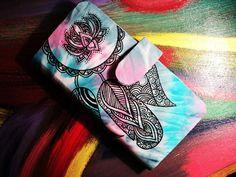 Carteira em cartonagem em estampa Tie Dye artesanal    Possui forração interna e externa em estampa artesanal Tie Dye confeccionada pela CAZUZÉ      Possui:  5 bolsos para cartões  2 bolsos para documentos  1 porta notas    Fechamento com botão magnético. R$ 45,00