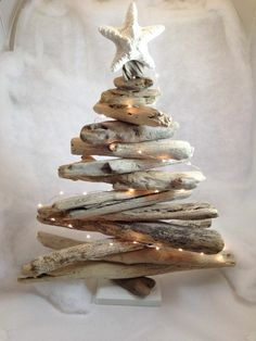 Ted's Woodworking Plans - Le sapin de Noel idée creative Get A Lifetime Of Project Ideas & Inspiration! Step By Step Woodworking Plans Unusual Christmas Trees, Driftwood Christmas Tree, Coastal Christmas Decor, Rustic Christmas, Driftwood Christmas Decorations, Holiday Tree, Creative Christmas Trees, Beach Holiday, Wooden Xmas Trees