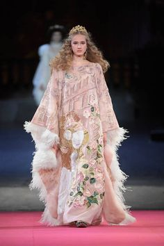 See all the Collection photos from Dolce & Gabbana - Alta Moda Autumn/Winter 2020 Pre-Fall now on British Vogue Dolce & Gabbana, Vogue Paris, Red Frock, High Fashion, Fashion Show, Bad Fashion, Versace, Ivory Dresses, Mannequins