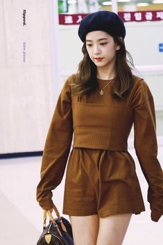 jennie airport fashion BLACKPINKs Jisoo has all your aesthetic Korean K-Pop idol airport fashion inspiration and outfit ideas. Here are 10 of her best looks. Blackpink Outfits, Kpop Fashion Outfits, Korean Outfits, Work Outfits, Fashion Idol, Blackpink Fashion, Petite Fashion, Curvy Fashion, Fashion Trends