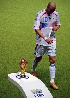 Zinedine Zidane (France), after receiving a red card during the 2006 FIFA World Cup Final Best Football Players, Football Is Life, World Football, Soccer Players, Football Soccer, Football Field, Soccer Ball, Zinedine Zidane, American Football
