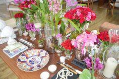 decoração mesa de centro. libro, flores, velas
