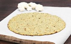 If you want to eat a whole pizza (who doesn't! This cauliflower pizza crust is delicious and will save your major calories! Cauliflower Crust Pizza, Cauliflower Recipes, Sin Gluten, Fat Flush Diet, Pizza Sans Gluten, Pizza Recipes, Healthy Recipes, Healthy Pizza, Pizza Day