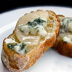 Pear, Honey and Blue Cheese Toasts...perfect appetizer for the holiday season! {recipe}