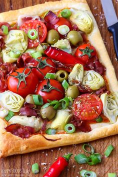 Artichoke tart with prosciutto and spring onion is ready on your table in less than 30 minutes! Flaky puff pastry crust & roasted red pepper pesto layer are topped juicy tomatoes, artichoke hearts, prosciutto and spring onion! Pork Recipes, New Recipes, Cooking Recipes, Onion Recipes, One Pot Meals, Main Meals, Baked Artichoke, Artichoke Hearts, Puff Pastry Sheets