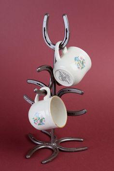 Horseshoe Mug Tree, Coffee Mug Rack, Coffee Cup Holder, Western Kitchen Decor… Horseshoe Projects, Horseshoe Crafts, Horseshoe Art, Metal Projects, Metal Crafts, Horseshoe Ideas, Horseshoe Decorations, Western Decorations, Welding Crafts