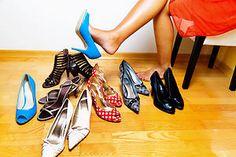 Τα προβλήματα στα πόδια ( και όχι μόνο) από τις λάθος επιλογές των παπουτσιών, ιδιαίτερα από τις γυναίκες, είναι κάτι πολύ συχνό. Και αυτό μπορεί να επιδεινωθεί το καλοκαίρι.  Τα άνετα παπούτσια που δεν στριμώχνουν τα δάκτυλα, η αποφυγή των ψηλοτάκουνων και η δυνατότητα του δέρματος να αναπνέει αποτελούν ελάχιστες προϋποθέσεις άνετων και υγιεινών παπουτσιών. Ιδιαίτερη προσοχή σε όσες ήδη υποφέρουν στα πόδια και στη μέση και όσες γυναίκες πρέπει να αποφεύγουν για λόγους υγείας τραυματισμούς.
