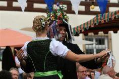 """Part of the """"Peace Fest"""" in Gochsheim is the traditional dance of a girl with a young man of her choice. She pins ribbons to his hat so he only has eyes for her ... http://www.gorara.com/friedensfest-und-kirchweih-in-gochsheim/ Beim Traditionstanz der Gochsheimer Planburschen sorgen allein schon die sogenannten Liebesbänder dafür, dass er nur Augen für sein Planmädchen hat. Foto: Martina Müller."""