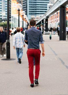 fotos-de-hombres-en-la-calle-con-estilo-pantalon-rojo