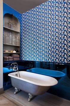 Exceptional way of adding blue to the bathroom [Design: JP Warren Interiors]