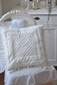 Coussins blancs sur chaise blanche.  (by vintage chic)