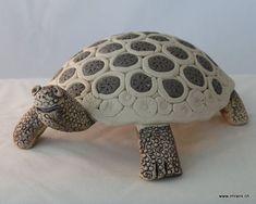 Im Workshop gestaltest du mit Hilfe einer Gipsform den Panzer der Schildkröte. Die Füsse, den Schwanz und den Kopf wirst du frei modellieren und vorsichtig befestigen. Da du im Atelier aus verschiedenen Tonfarben aussuchen kannst, wird die Schildkröte auch ohne Glasuren bunt. Nach dem Brennen ist sie wetter- und winterfest.