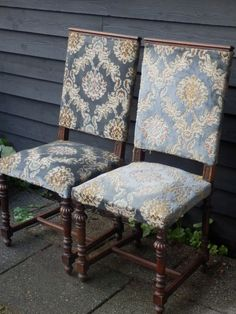 Te koop. Tweemaal Frans antiek. Kasteelstoelen met pastelblauwe, veloursen bekleding. Bekleding is nog heel, zitcomfort is minder. Een project voor een hobbystoffeerder?? Twee voor 40 euro.