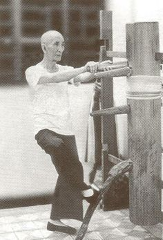 Wing Chun grand master, Ip Kai Man and his wooden dummy. Wing Chun Martial Arts, Bruce Lee Martial Arts, Chinese Martial Arts, Wing Chun Training, Wooden Dummy, Hand To Hand Combat, Warrior Spirit, Martial Artists, Aikido
