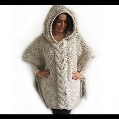Plus Size Maxi Knitting Poncho con sudadera con capucha - Over Size Tweed Beige Cable Knit de Afra Poncho Knitting Patterns, Crochet Poncho, Knit Patterns, Hand Crochet, Hand Knitting, Plus Size Pullover, Handgestrickte Pullover, Hoodie, Plus Size Jumpers