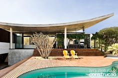 Revista Arquitetura e Construção - Casa em Goiânia se integra à paisagem