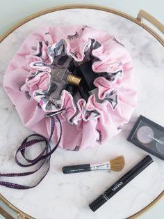 DIY: laminated drawstring bag DIY: laminated drawstring bag Source by bag pattern Sewing Tutorials, Sewing Projects, Sewing Patterns, Fun Projects, Sewing Ideas, Makeup Bag Tutorials, Knitting Projects, Project Ideas, Drawstring Bag Tutorials