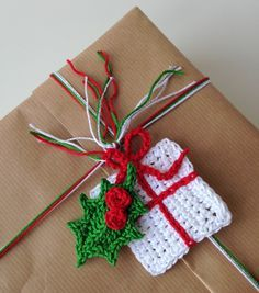 Free pattern for crochet presents by Marianne: http://marrose-ccc.com/2014/11/23/crocheted-presentsgifts/ and Lucy's holly: http://attic24.typepad.com/weblog/holly-leaves.html Paper Christmas Ornaments, Crochet Ornaments, Christmas Bunting, Christmas Crafts, Simple Christmas, Christmas Holidays, Christmas Trees, Christmas Knitting, Crochet Home