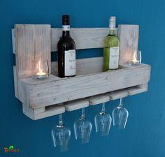 Dieses wunderschöne **Weinregal** ist ein echter Hingucker an jeder Wand. Es besteht zu 100% aus recycelten Euro-Paletten und bietet platz für **8 bis 10 Flaschen und 9 Gläser**. Das Palettenholz...