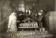 Kinderarbeid op de inpakafdeling van de fabriek van eikelkoffie (eikeltjeskoffie, surrogaat) van Glands, 1918.